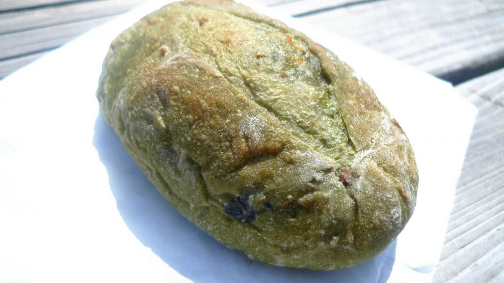 国産抹茶と黒マメにホワイトチョコのパン