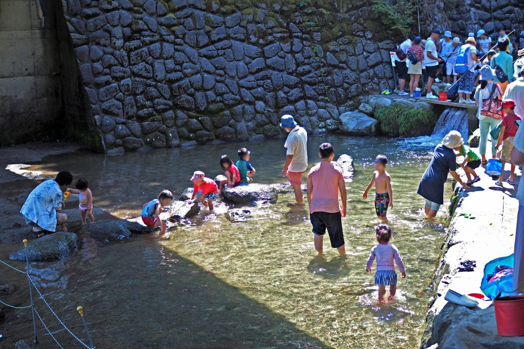 白糸の滝で川遊び