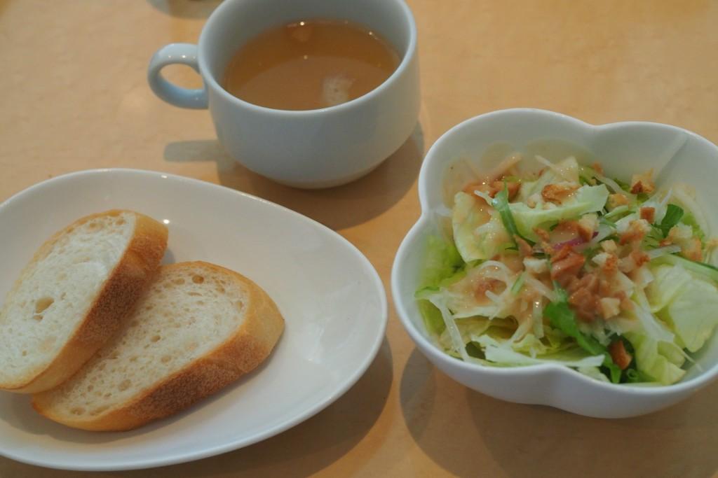 セットのパンとスープとサラダ