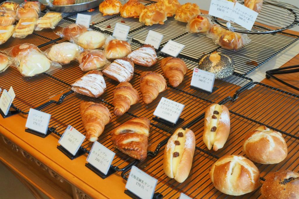 種類豊富なパンが並ぶ