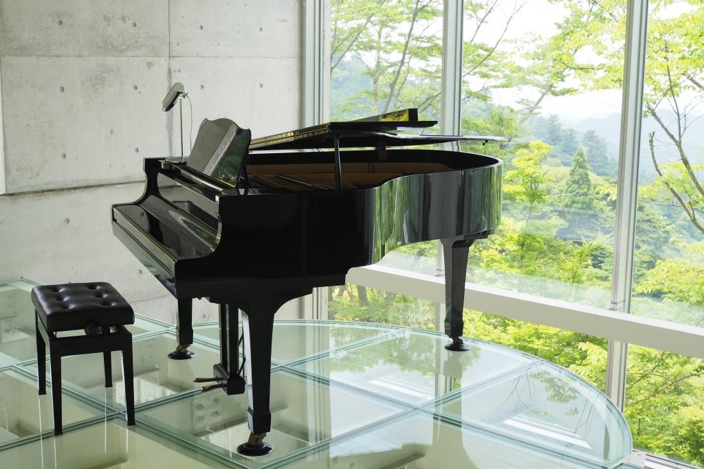 象徴的なグランドピアノ