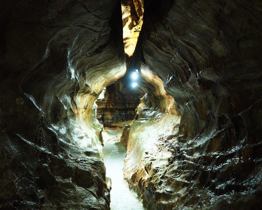 狭い鍾乳洞
