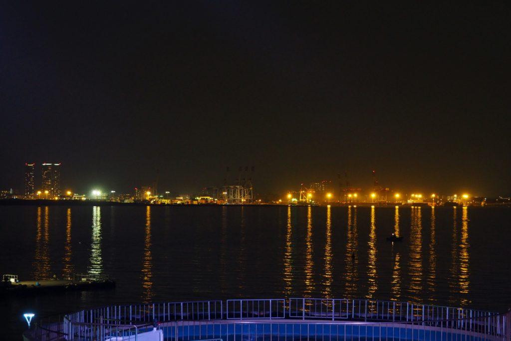 博多湾の夜景をバックに