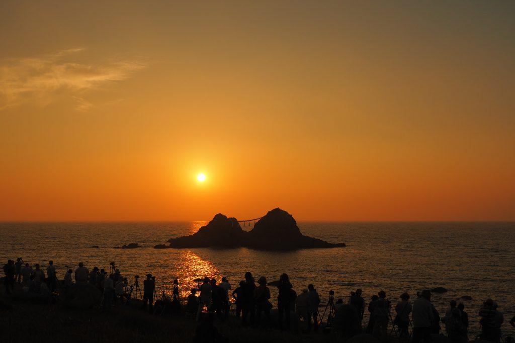 夫婦岩に夕日が沈む