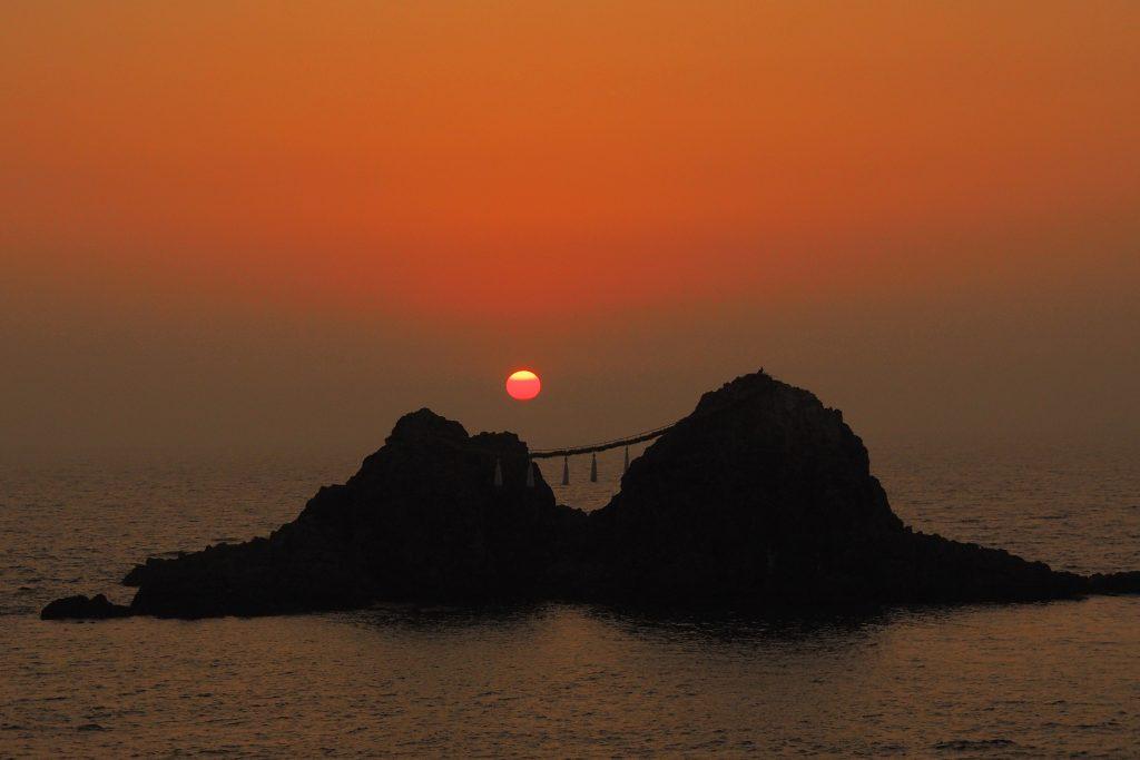 夫婦岩の夕陽