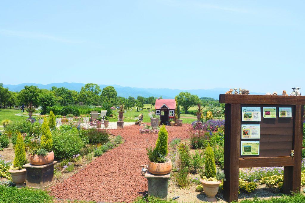 西口近くにある可愛らしい小さな庭園