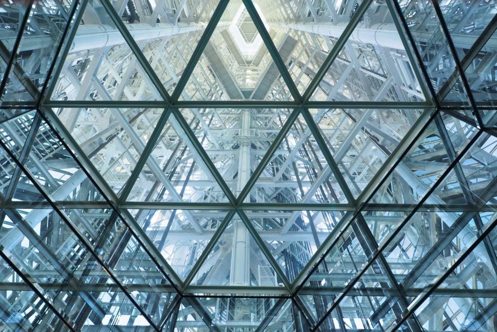 エレベーターホールから上を見上げる