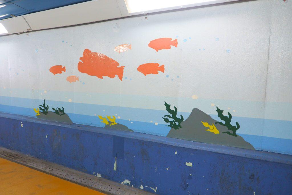 壁には魚の絵