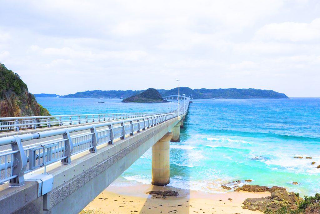 エメラルドグリーンの海に架かる角島大橋