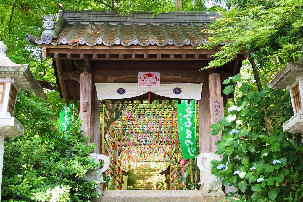 如意輪寺・かえる寺の門と風鈴